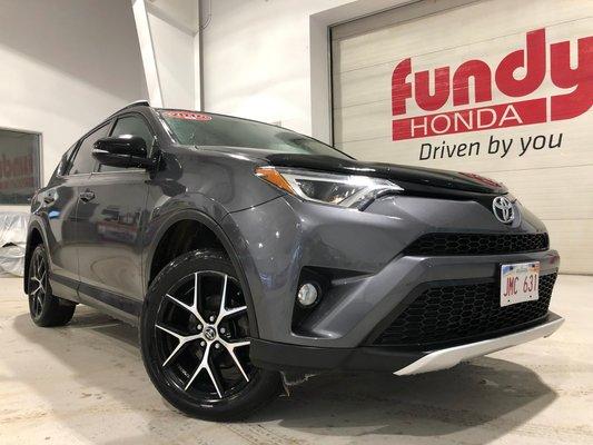 2016 Toyota RAV4 SE w/blind spot monitor, heated steering wheel