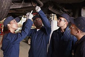 Un ou une apprenti (e) technicien(ne) automobile